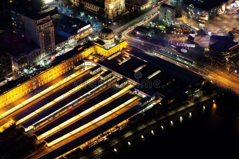 Opinión aérea de la noche de la estación de la calle del Flinders en Melbourne CBD fotografía de archivo