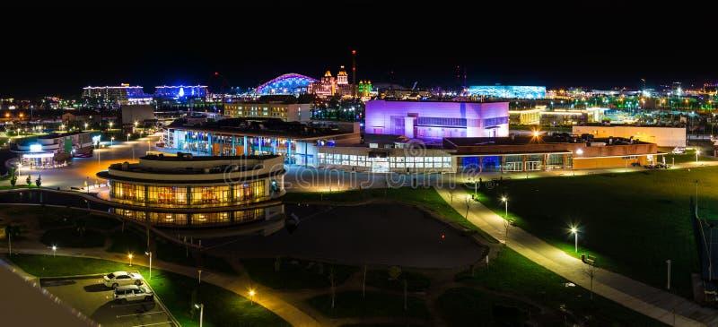 Opinión aérea de la noche del distrito de una ciudad de Adlersky, Sochi, Rusia fotografía de archivo