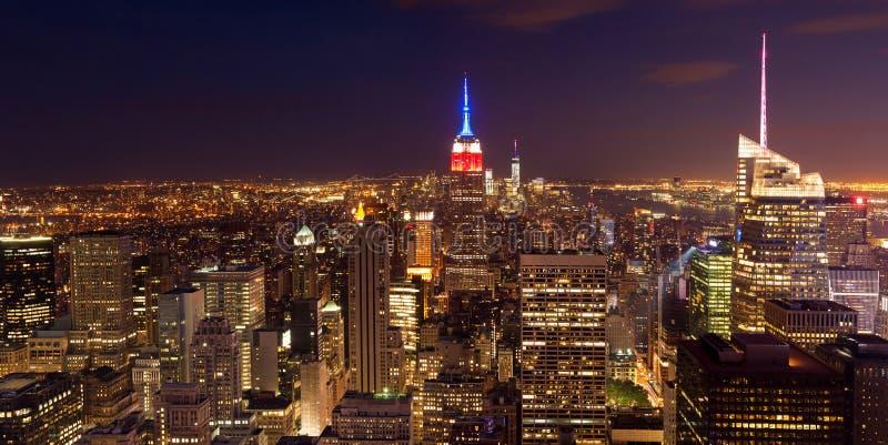 Opinión aérea de la noche del horizonte de Manhattan - Nueva York - los E.E.U.U. fotos de archivo libres de regalías