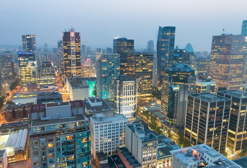 Opinión aérea de la noche de los rascacielos de Vancouver del tejado de la ciudad - B imagen de archivo