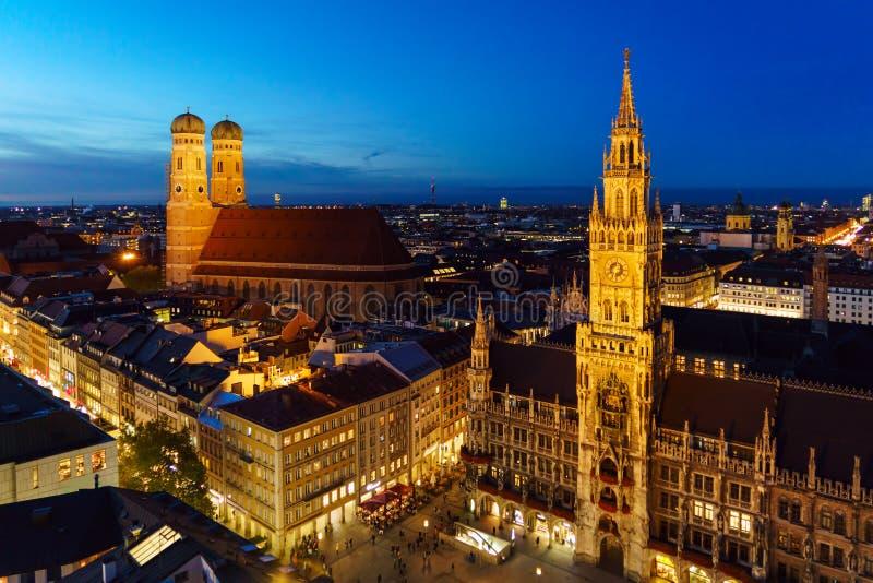 Opinión aérea de la noche nuevo ayuntamiento en Marienplatz en Munich, vagos fotos de archivo
