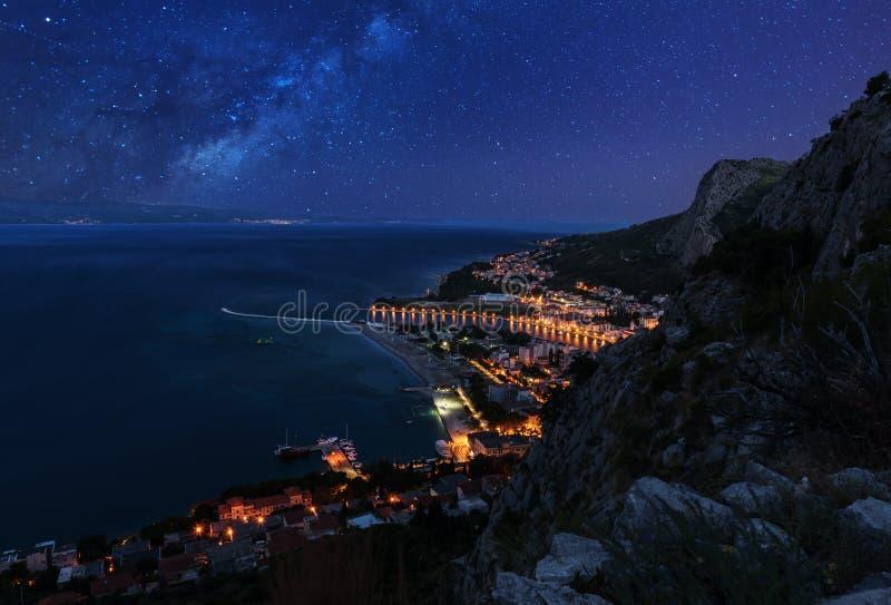 Opinión aérea de la noche de Omis y del mar adriático, Croacia foto de archivo libre de regalías