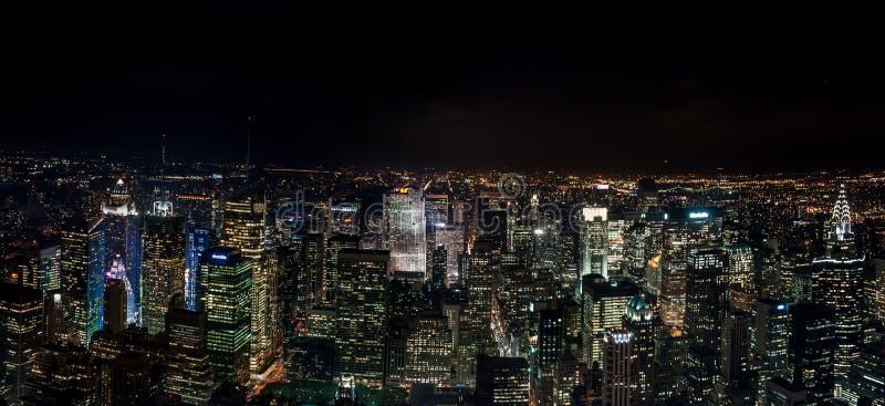 Opinión aérea de la noche panorámica de NYC que sorprende Distrito de Manhattan EE.UU. foto de archivo