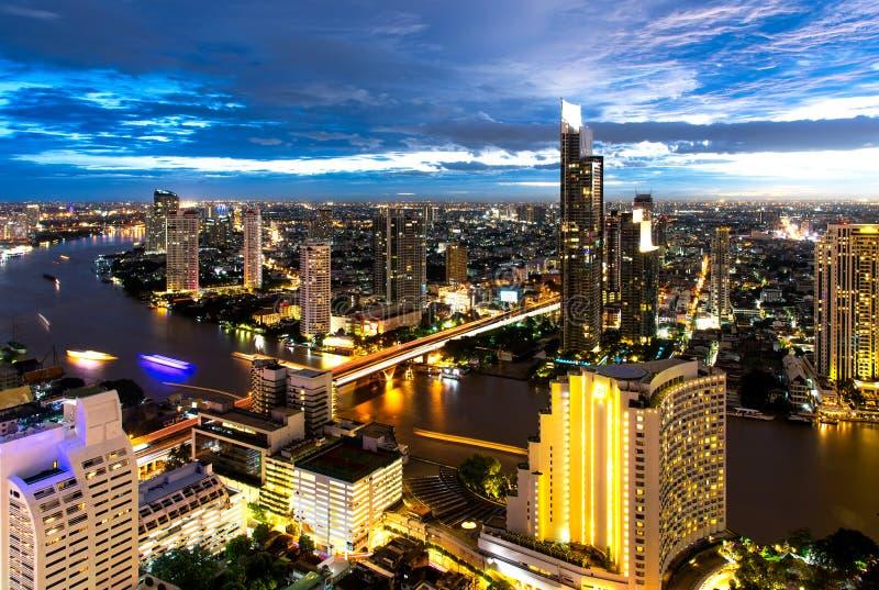 Opinión aérea de la noche sobre el edificio de oficinas moderno de Bangkok en zona del negocio de Bangkok cerca del río con el ci foto de archivo libre de regalías
