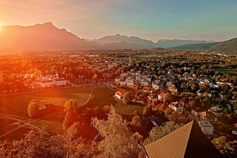 Opinión aérea de la puesta del sol hermosa sobre Salzburg, Austria, Europa Ciudad en las montañas del nacimiento de Mozart Vista  imágenes de archivo libres de regalías