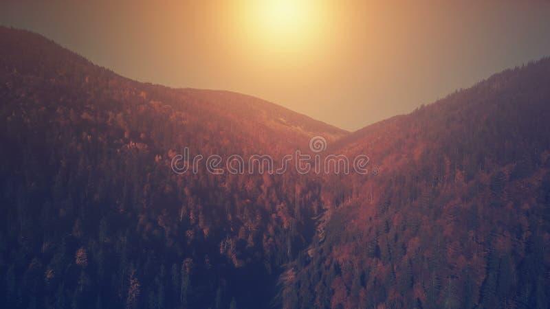 Opinión aérea de la puesta del sol del paisaje panorámico de la montaña foto de archivo libre de regalías