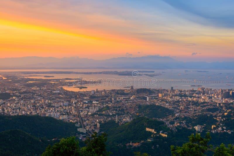 Opinión aérea de la puesta del sol Rio de Janeiro imagen de archivo