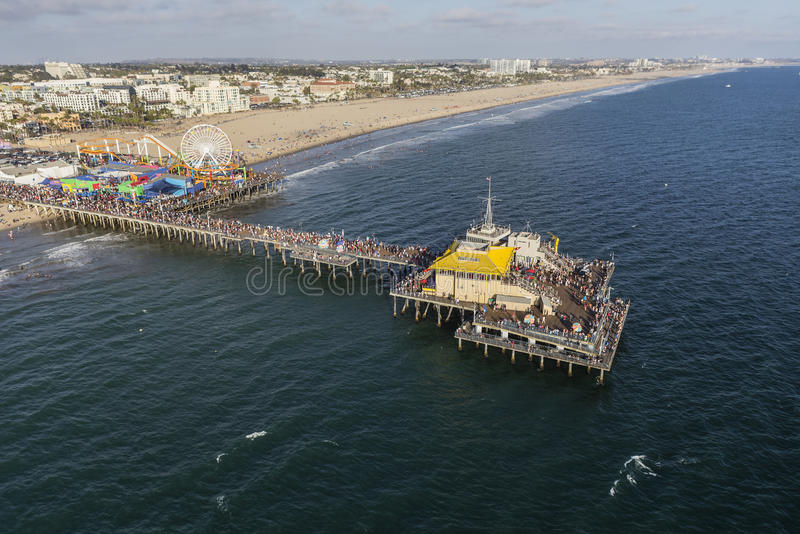 Opinión aérea de la tarde de Santa Monica Pier y del Océano Pacífico imagenes de archivo