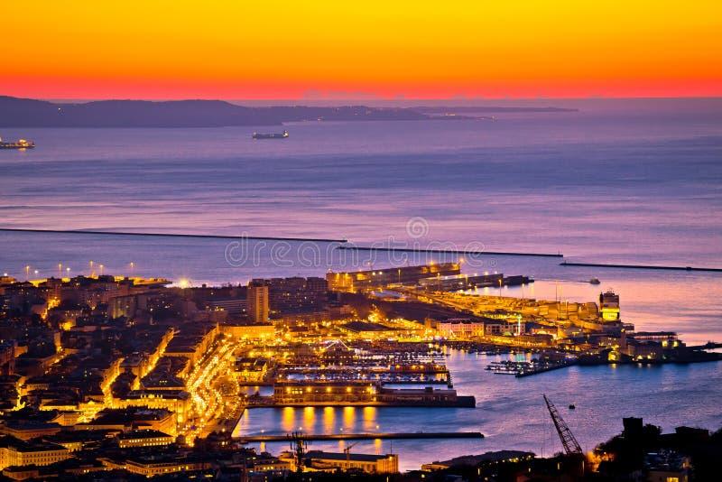 Opinión aérea de la tarde del centro de ciudad de Trieste y de la costa fotografía de archivo