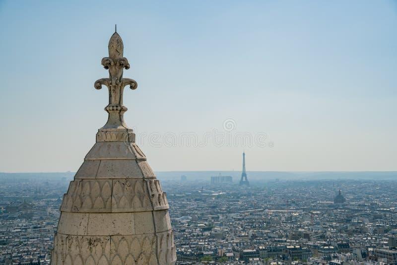 Opinión aérea de la tarde del paisaje urbano de la basílica del corazón sagrado de París imagen de archivo libre de regalías