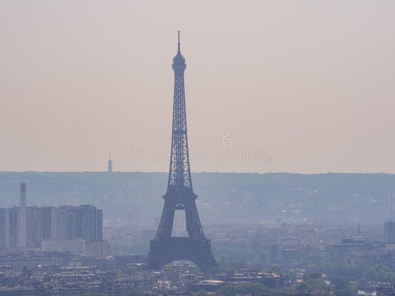 Opinión aérea de la tarde del paisaje urbano con la torre Eiffel de la basílica del corazón sagrado de París fotografía de archivo