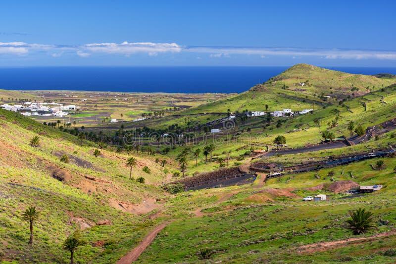 Opinión aérea de Lanzarote, pueblo de Haria, valle de las mil palmeras imagen de archivo libre de regalías