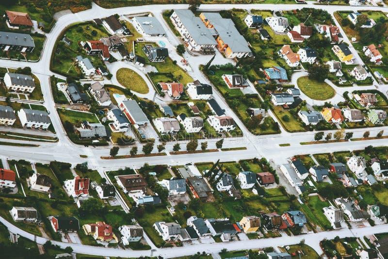 Opinión aérea de las casas y de los caminos de las calles de la ciudad fotos de archivo libres de regalías