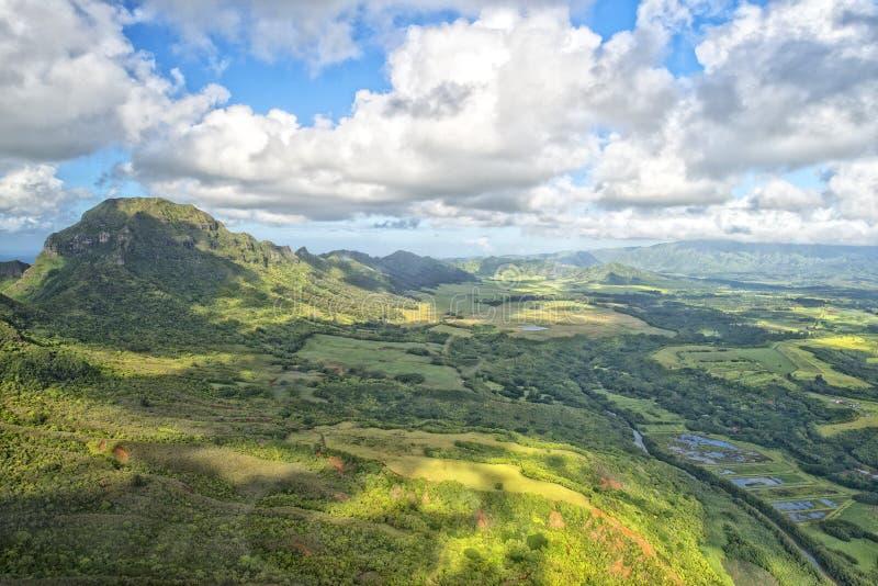 Opinión aérea de las montañas de la isla de Kauai Hawaii imagen de archivo