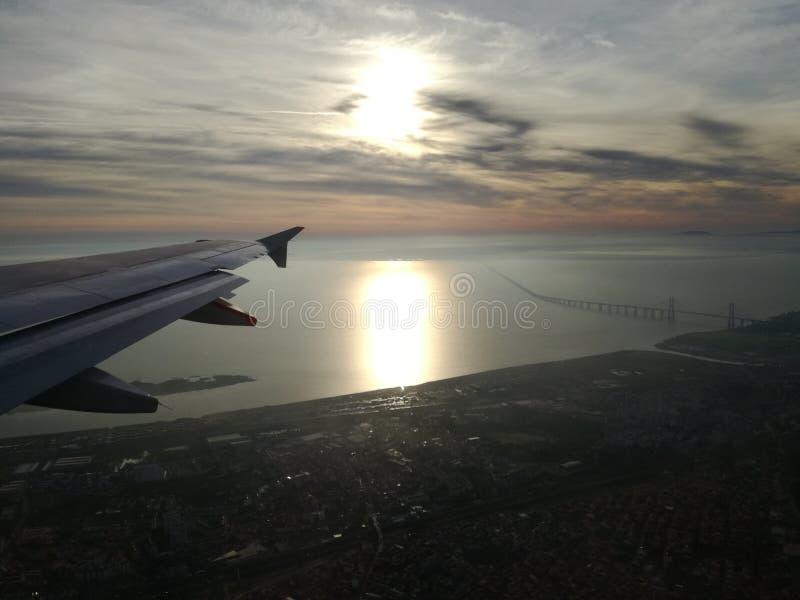 Opinión aérea de Lisboa sobre el río de Tejo por la mañana imágenes de archivo libres de regalías