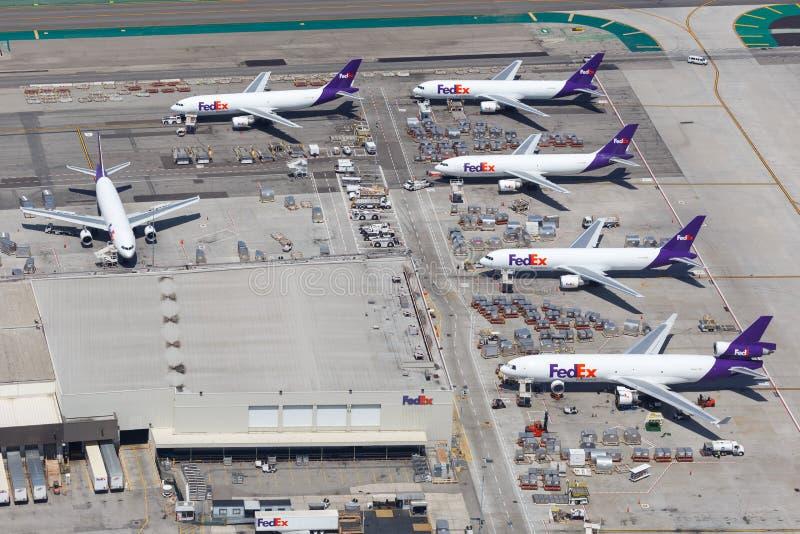 Opinión aérea de los aeroplanos de Fedex del aeropuerto expreso de Los Angeles fotos de archivo libres de regalías