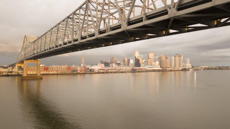 Opinión aérea de New Orleans debajo de la cubierta de puente de la carretera sobre el M foto de archivo libre de regalías