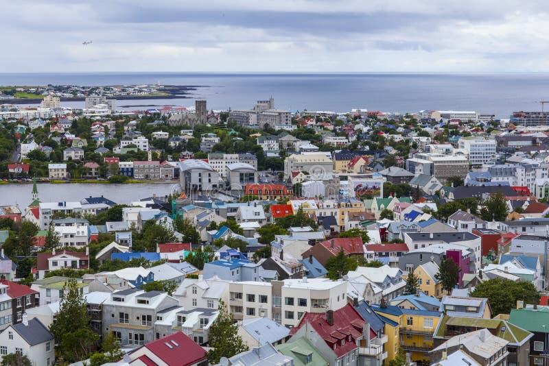 Opinión aérea de Reykjavik en verano fotos de archivo