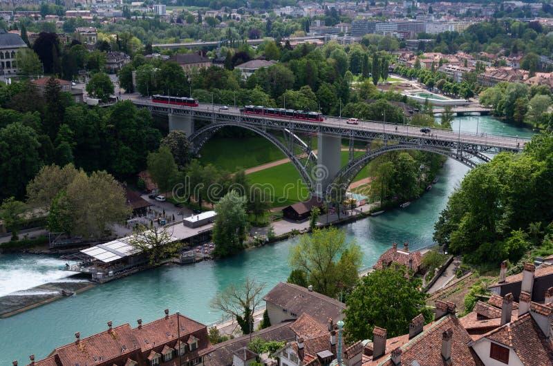 Opinión aérea de Suiza de la ciudad de Berna del río de Aarau Aare fotografía de archivo