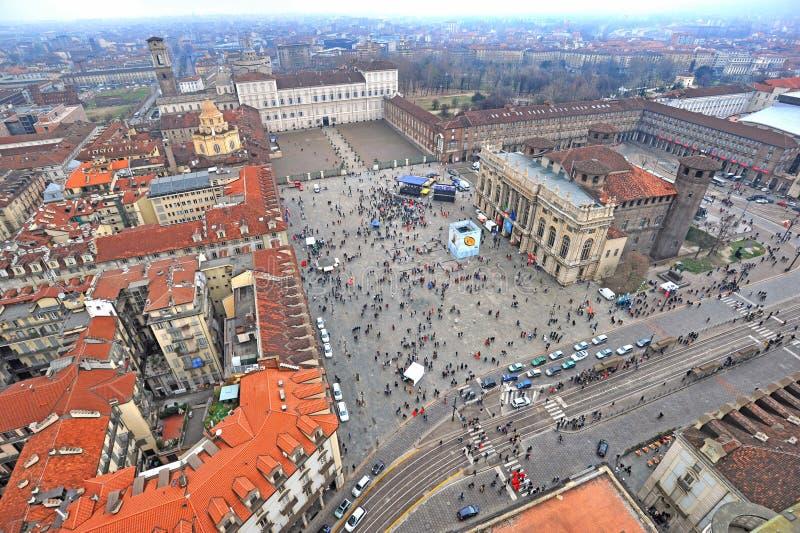 Opinión aérea del abejón del cuadrado y de Royal Palace de Castello de la ciudad en el fondo Turín Italia imagen de archivo