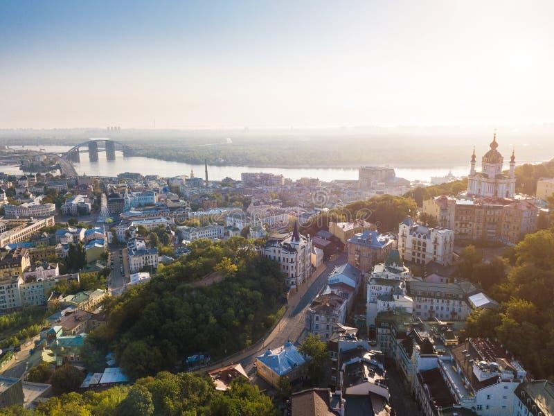 Opinión aérea del abejón de Kiev Ucrania a la pendiente de Andriyivskyy, Podil, iglesia del ` s de StAndrew, río Dnepr imagen de archivo