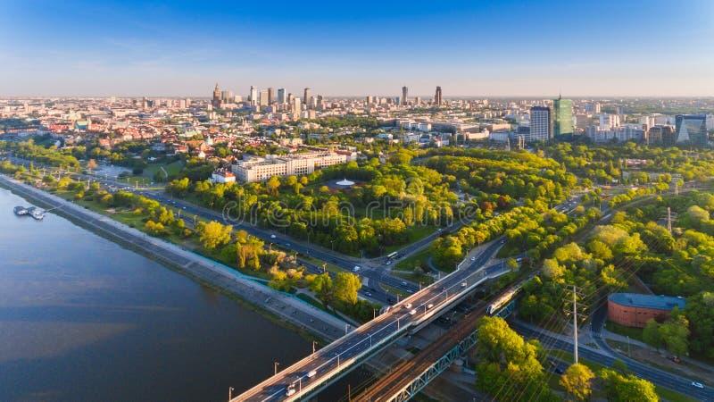 Opinión aérea del abejón de la ciudad de Varsovia en puesta del sol del verano imagen de archivo