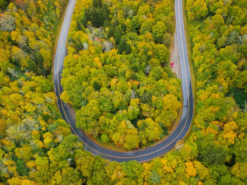Opinión aérea del abejón de la curva del camino de la vuelta de U en el otoño/el follaje de otoño de arriba Ridge azul en las mon foto de archivo libre de regalías
