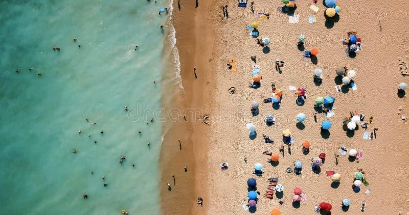 Opinión aérea del abejón gente en la playa en Portugal fotos de archivo libres de regalías