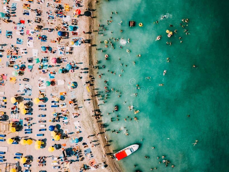 Opinión aérea del abejón la gente que se divierte y que se relaja en la playa de Costinesti en Rumania imagenes de archivo