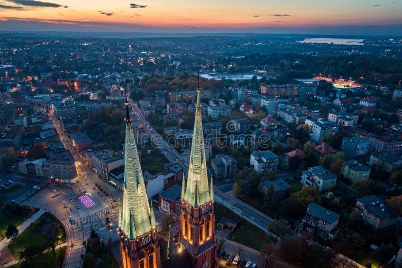 Opinión aérea del abejón sobre centro de la basílica y de ciudad en Rybnik fotos de archivo