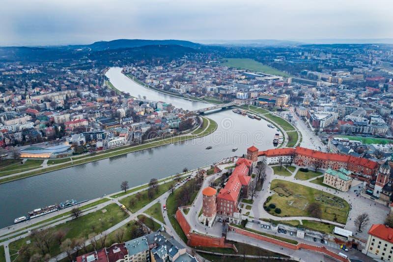 Opinión aérea del abejón sobre el castillo de Wawel sobre el río Vistula en Cracovia imagen de archivo