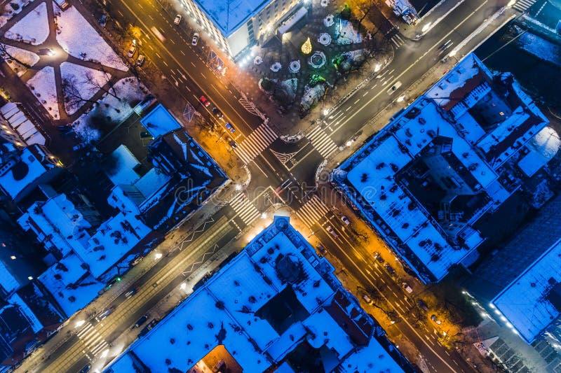 Opinión aérea del abejón sobre la intersección de la ciudad durante noche del invierno foto de archivo libre de regalías