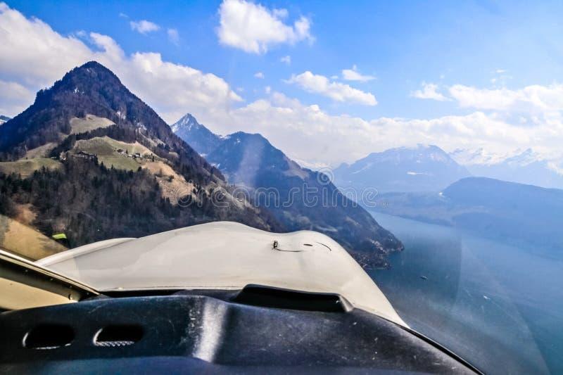 Opinión aérea del aeroplano único de las montañas suizas centrales imagen de archivo