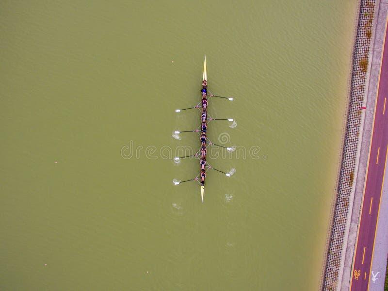 Opinión aérea del barco del equipo que rema ocho imagenes de archivo