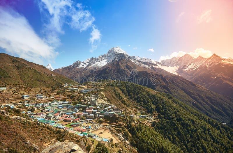 Opinión aérea del bazar de Namche, soporte Thamserku, viaje de Everest, Himalaya, Nepal imagen de archivo