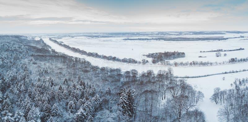 Opinión aérea del bosque del invierno Paisaje del abejón, mosca sobre el río Árboles blancos con la nieve, fondo hermoso del pape imagen de archivo