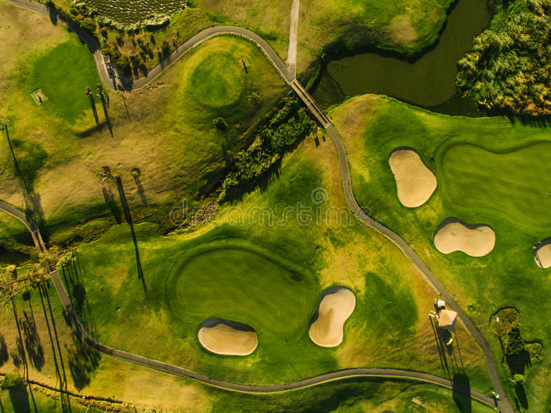 Opinión aérea del campo de golf verde fotografía de archivo