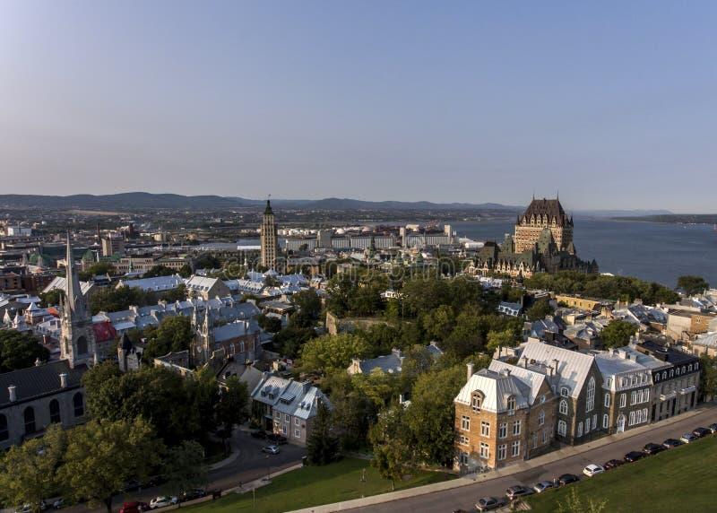 Opinión aérea del helicóptero del horizonte - santo Lorenzo del hotel y del puerto viejo en la ciudad de Quebec Canadá imágenes de archivo libres de regalías