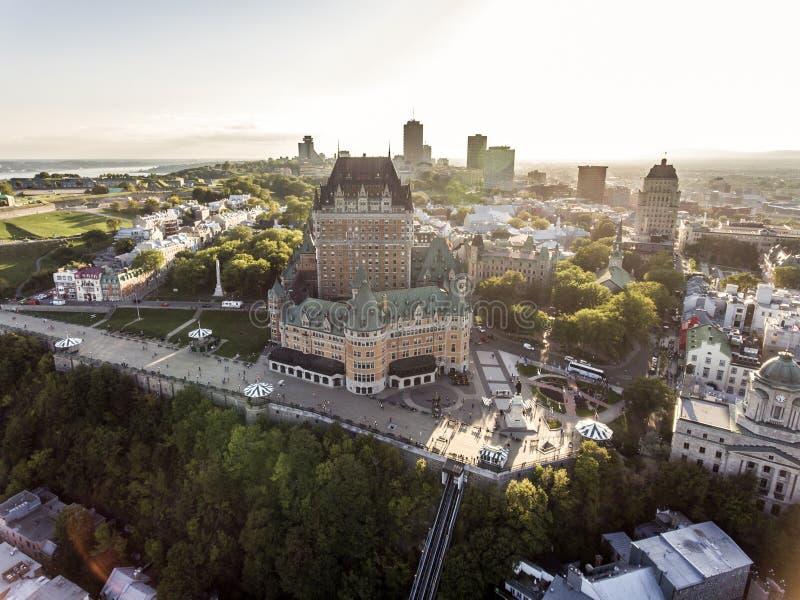 Opinión aérea del helicóptero del hotel de Frontenac del castillo francés y del puerto viejo en la ciudad de Quebec Canadá imagen de archivo libre de regalías