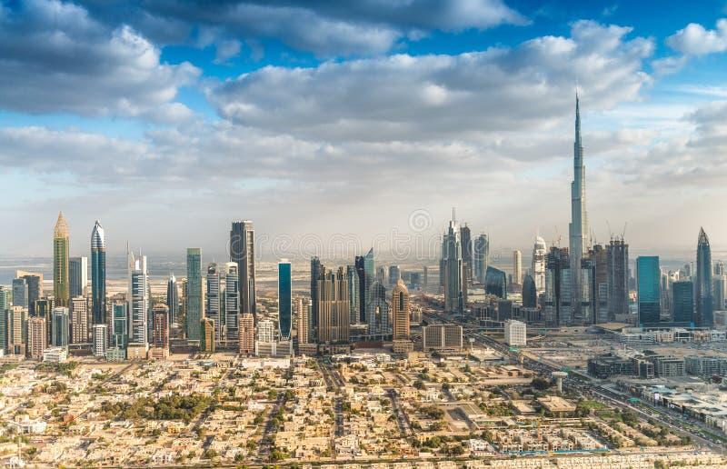 Opinión aérea del horizonte céntrico de Dubai, UAE foto de archivo