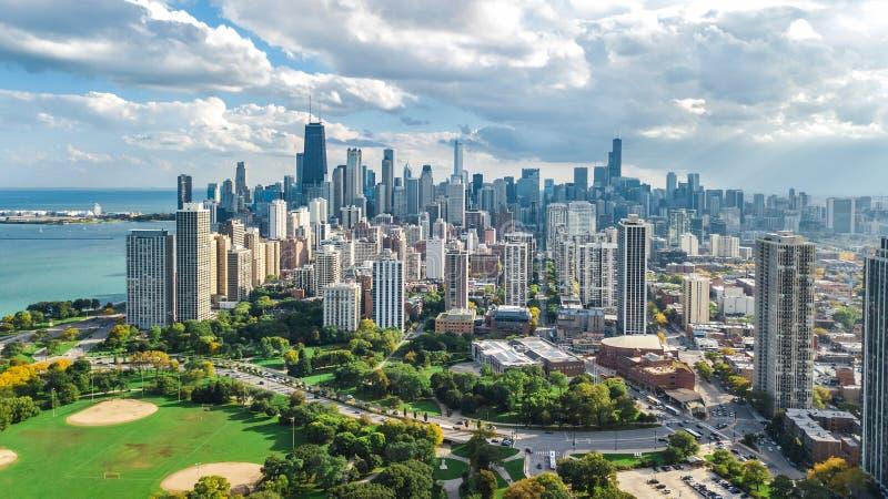 Opinión aérea del horizonte de Chicago desde arriba, el lago Michigan y ciudad del paisaje urbano céntrico de los rascacielos de  fotos de archivo