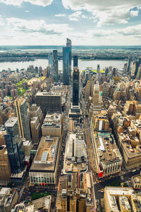 Opinión aérea del horizonte de Manhattan, bandera vertical New York City foto de archivo