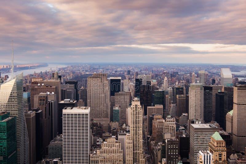 Opinión aérea del horizonte de New York City - de Manhattan en la puesta del sol imágenes de archivo libres de regalías