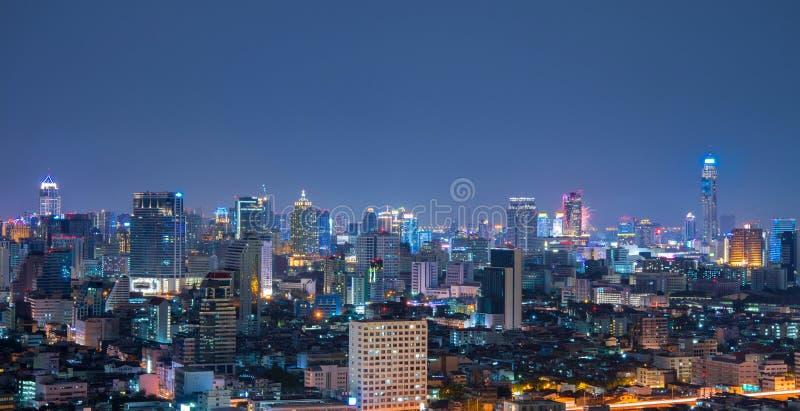 Opinión aérea del horizonte urbano de Bangkok en la noche foto de archivo