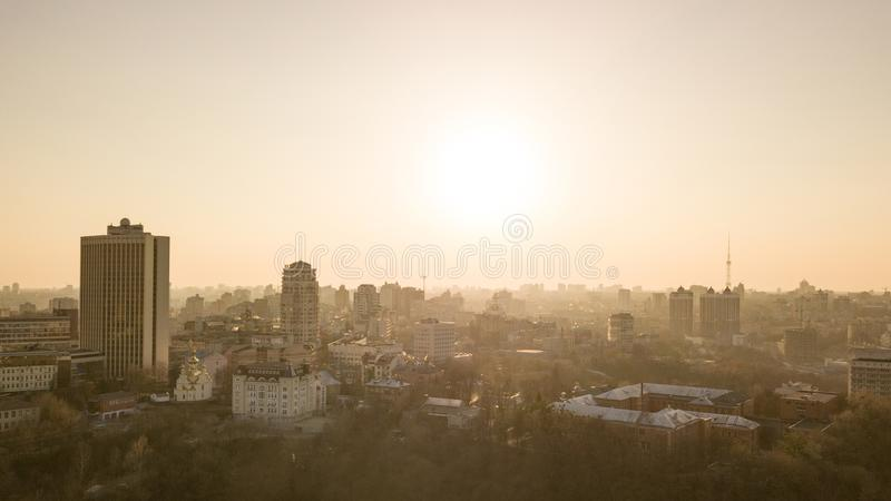 Opinión aérea del ojo del pájaro del horizonte del centro en puesta del sol hermosa, Ucrania de Kyiv de la ciudad imagenes de archivo