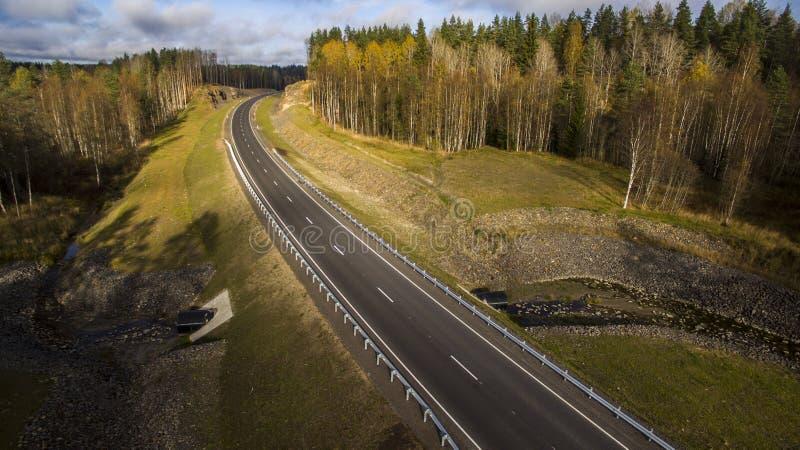 Opinión aérea del paisaje del camino rural vacío en bosque hermoso del otoño imagen de archivo libre de regalías