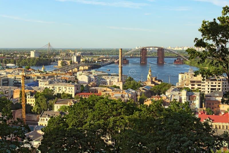 Opinión aérea del paisaje de Kiev durante puesta del sol del verano Vecindad y río Dnipro de Podil con los puentes contra el ciel fotografía de archivo libre de regalías