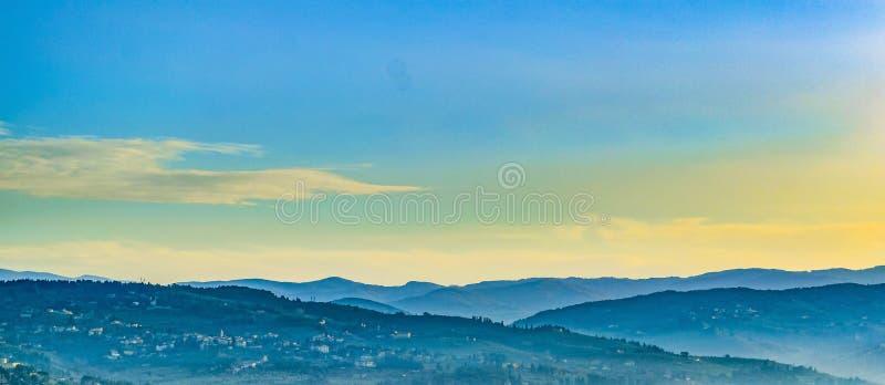 Opinión aérea del paisaje de Toscana imagenes de archivo