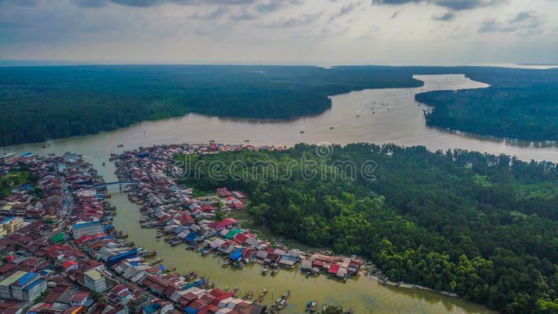 Opinión aérea del paisaje hermoso del pueblo de los pescadores en Kuala Sepetang Malaysia foto de archivo libre de regalías