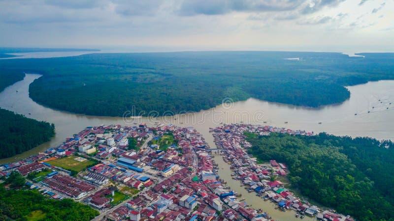 Opinión aérea del paisaje hermoso del pueblo de los pescadores en Kuala Spetang Malaysia imágenes de archivo libres de regalías